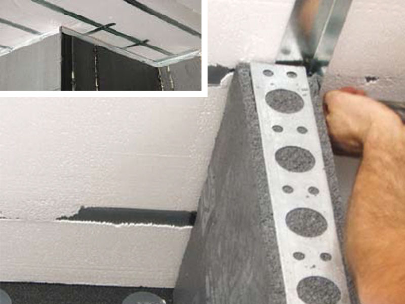 Screwing on the corners from the Partition Wall Plastbau® panels